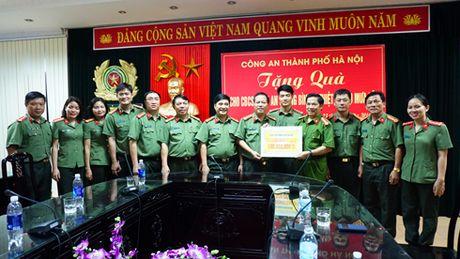 Cong an Ha Noi tang 4 ty dong cho nguoi dan Quang Binh, Ha Tinh - Anh 4