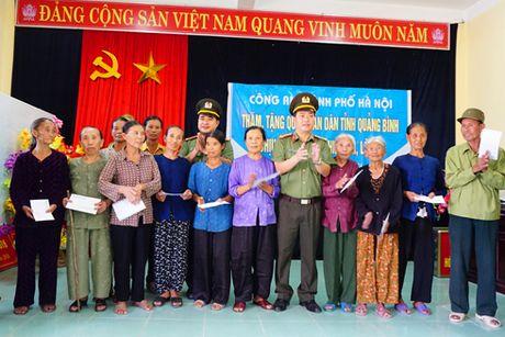 Cong an Ha Noi tang 4 ty dong cho nguoi dan Quang Binh, Ha Tinh - Anh 5
