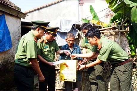 Cong an Ha Noi tang 4 ty dong cho nguoi dan Quang Binh, Ha Tinh - Anh 6