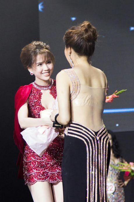 Ngoc Trinh ruc ro ben dan hoa hau Han Quoc - Anh 4