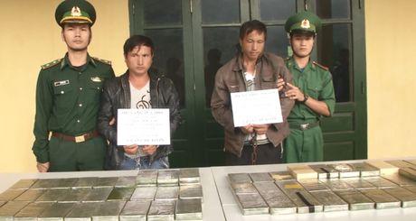 Thanh Hoa: Bat 2 doi tuong, thu giu 69 banh heroin - Anh 1