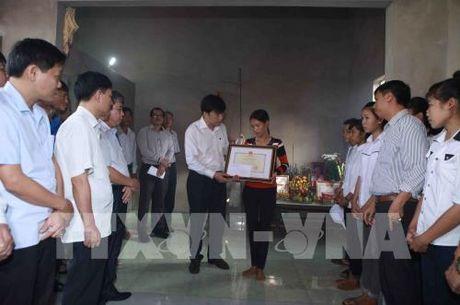 Truy tang Bang khen cho hoc sinh dung cam cuu ban tai Thanh Hoa - Anh 2