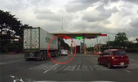 Gianh duong o tram thu phi, Honda Civic bi container tong bep duoi - Anh 1