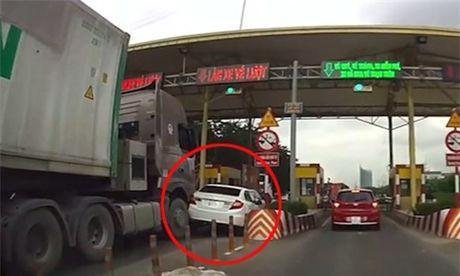 Gianh duong o tram thu phi, Honda Civic bi container tong bep duoi - Anh 2