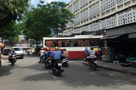 Cam xe khach tren 25 cho luu thong xung quanh ben xe 'lau' Thanh Buoi - Anh 1