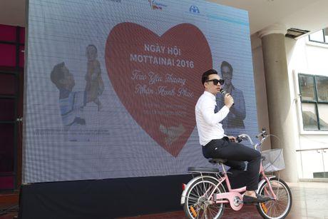 MC Thanh Trung nhi nhanh voi xe dap hong - Anh 2