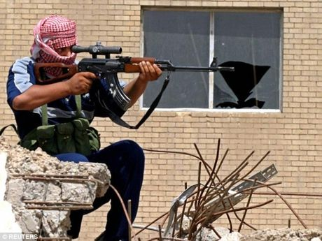 Khung bo IS 'that kinh' voi xa thu giau mat o Mosul - Anh 1
