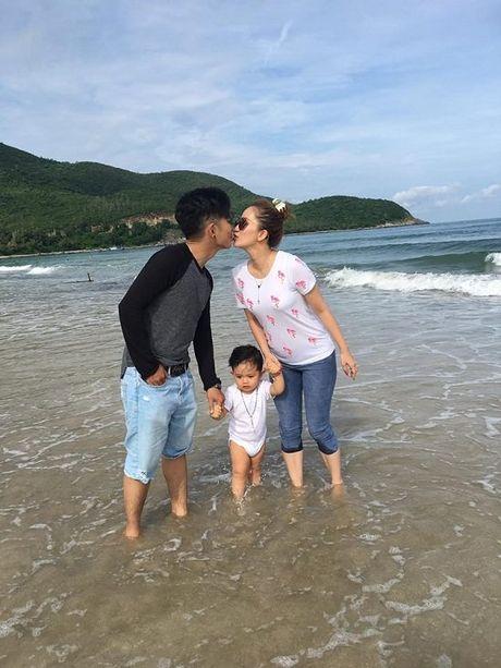 Khanh Thi - Phan Hien ham nong tinh yeu, hon nhau giua bien - Anh 1