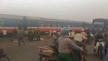 Vu TN duong sat kinh hoang: CSGT Ha Noi phan luong tu xa - Anh 1