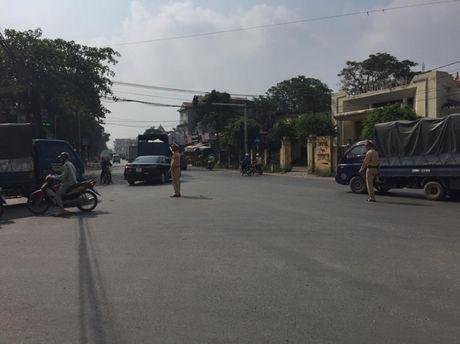 Vu TN duong sat kinh hoang: CSGT Ha Noi phan luong tu xa - Anh 2