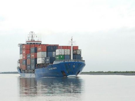 Tau container dau tien vao song Hau qua kenh Quan Chanh Bo - Anh 1