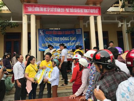 Bao The thao & Van hoa va Tong Cong ty Khanh Viet den voi dong bao vung lu - Anh 3