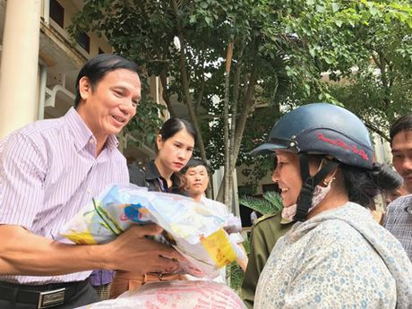 Bao The thao & Van hoa va Tong Cong ty Khanh Viet den voi dong bao vung lu - Anh 4