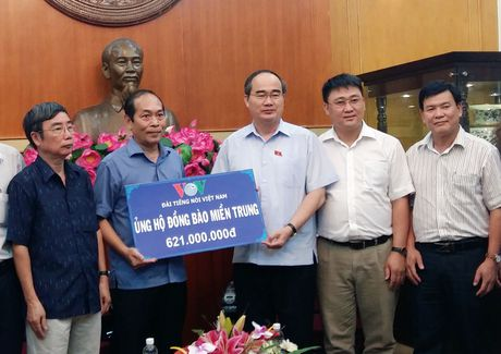 Dai TNVN trao tien ung ho dong bao lu lut Mien Trung - Anh 1