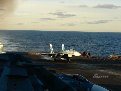 Tiem kich ham Su-33 xuat kich ram ro, NATO cang thang - Anh 11