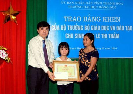 Trao tang Bang khen cua Bo truong cho nu sinh dac biet - Anh 1