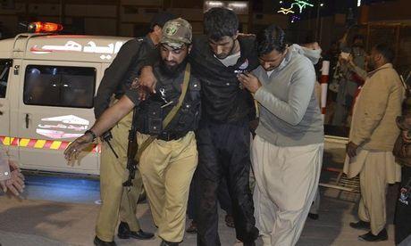 Xa sung, danh bom dam mau tai truong canh sat Pakistan: 41 nguoi chet, 106 nguoi bi thuong - Anh 1