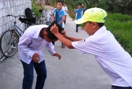 Khong nop tien cho dan anh, mot hoc sinh bi danh hoi dong - Anh 1