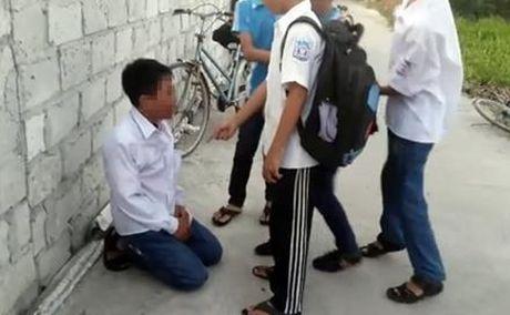 Khong nop tien cho dan anh, mot hoc sinh bi danh hoi dong - Anh 2