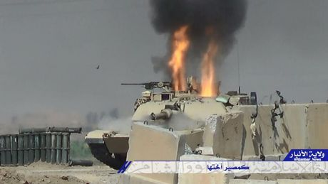 IS ban chay xe tang My Abrams cua quan doi Iraq o Mosul - Anh 1