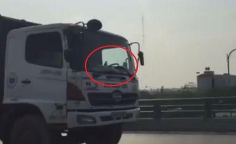Xe cho rac ngang nhien di nguoc chieu tren cau vuot Ha Noi - Anh 2