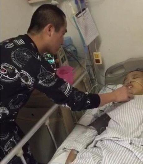 'Dai gia xau nhat the gioi' xin tien chong choi benh hiem ngheo - Anh 7