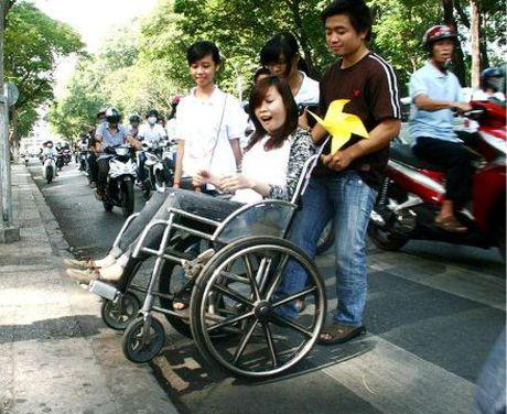 Tien ich dau tien can cho nguoi khuyet tat la tinh nguoi - Anh 1