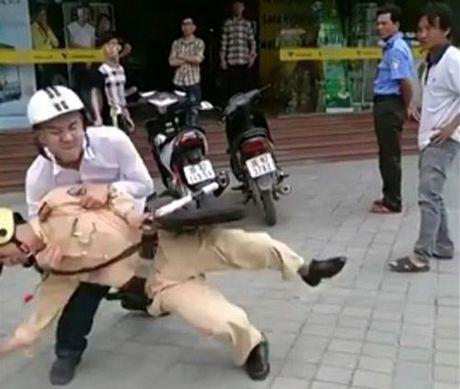 Khoi to, bat tam giam thanh nien tan cong CSGT - Anh 1