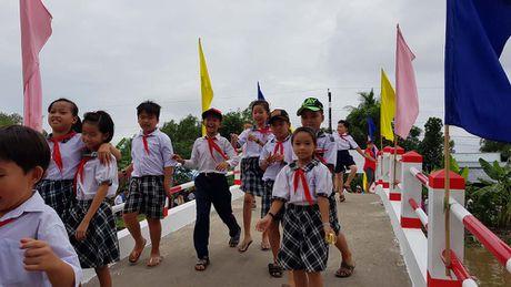 Hoa hau Kim Nguyen tai tro xay 2 cay cau o mien Tay - Anh 1