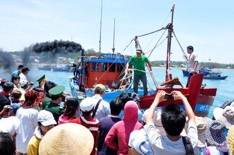 10 ngu dan Quang Ngai troi dat tren bien - Anh 1