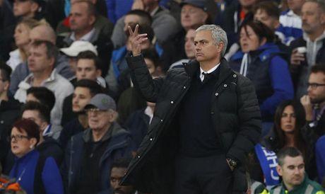 Xavi: 'Mourinho phai mua sam mot ky nua moi co the vo dich' - Anh 1