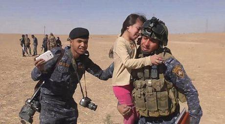 Xuc dong canh be gai Iraq vui mung vi duoc giai cuu khoi IS - Anh 1