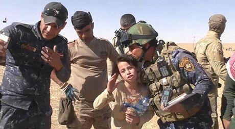 Xuc dong canh be gai Iraq vui mung vi duoc giai cuu khoi IS - Anh 2