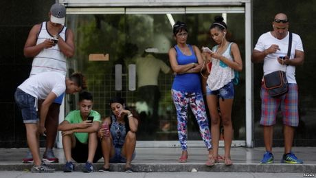 Cuba thi diem dua Internet toi cac ho gia dinh o La Habana - Anh 1