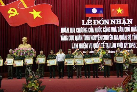 Trao Huan, Huy chuong cua Lao tang quan tinh nguyen Viet Nam - Anh 1