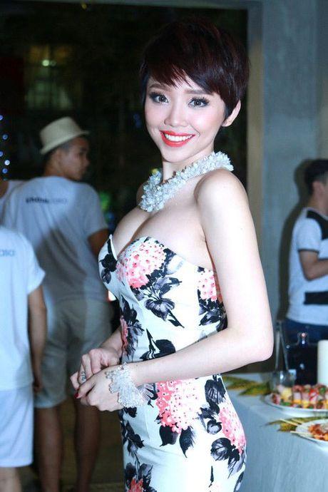 Khoe vong 1 'khung' khong noi y, kho co nguoi vuot duoc Toc Tien - Anh 11
