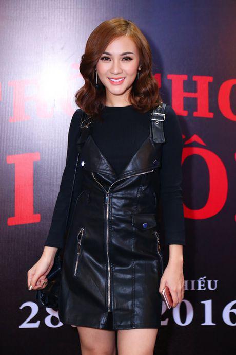 MC Quynh Chi dien do goi cam den xem phim kinh di - Anh 4