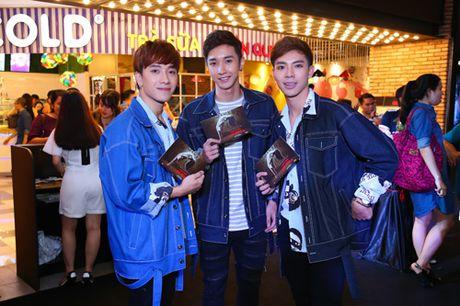 MC Quynh Chi dien do goi cam den xem phim kinh di - Anh 6
