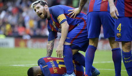 Su that bat ngo vu Neymar bi nem chai nuoc vao dau - Anh 1