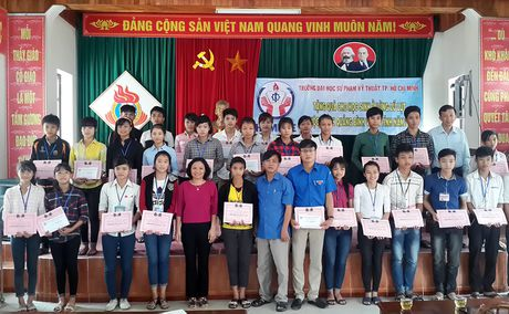 Truong Dai hoc dau tien den voi ba con vung lu - Anh 1