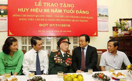 Trao Huy hieu 80 nam tuoi Dang cho dong chi Doan Quang Thin - Anh 1