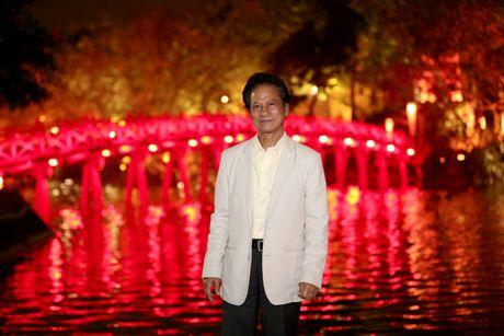Che Linh bi fans nu 'bao vay' khi di dao ho Guom - Anh 2