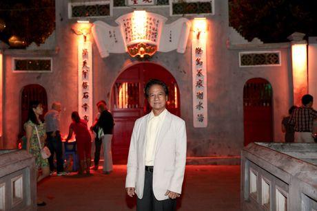Che Linh bi fans nu 'bao vay' khi di dao ho Guom - Anh 3