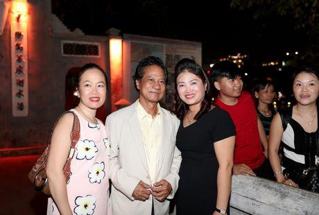 Che Linh bi fans nu 'bao vay' khi di dao ho Guom - Anh 5