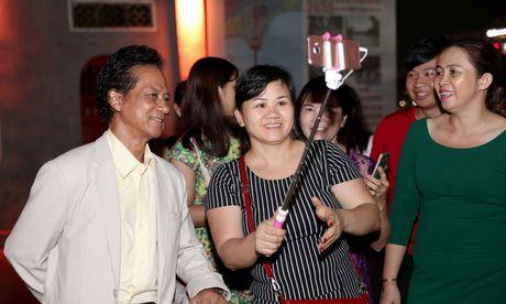 Che Linh bi fans nu 'bao vay' khi di dao ho Guom - Anh 6