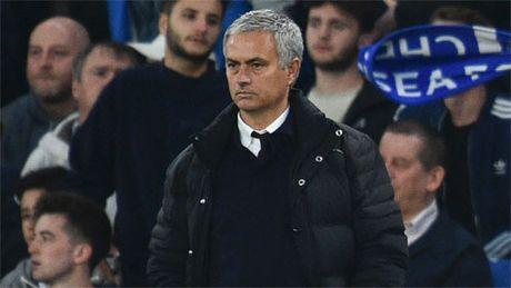 Mourinho lanh nhat va roi xa hoc tro tren san tap Man Utd - Anh 1