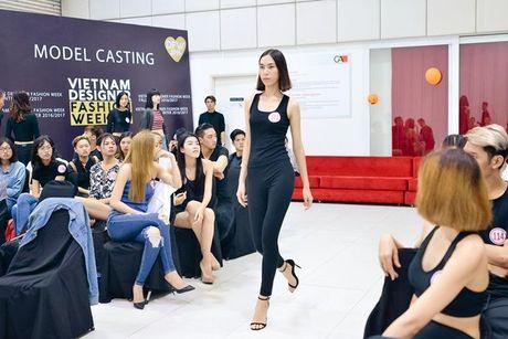 Sau nhieu nam lam 'ba trum' catwalk, Xuan Lan tuyen bo 'nhuong ngoi' cho Le Thuy va Thuy Trang - Anh 4