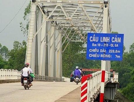 Cam xe 2 ngay de sua cau Linh Cam tren QL8 - Anh 1