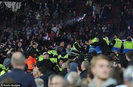 Bao loan xay ra o tran West Ham gianh chien thang truoc Chelsea - Anh 2