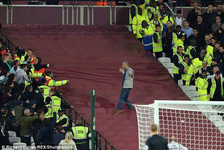 Bao loan xay ra o tran West Ham gianh chien thang truoc Chelsea - Anh 3